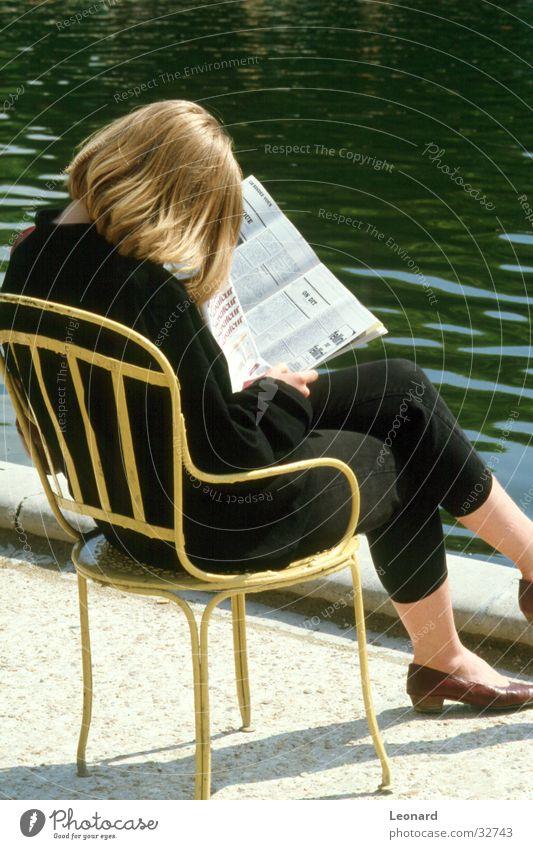 Leser Frau Mensch Sonne ruhig sitzen lesen Pause Stuhl Zeitung Teich Sitzgelegenheit Zeitschrift Printmedien Revue