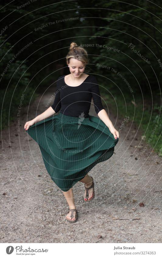 Frau mit grünem Faltenrock tanzt auf einem Waldweg feminin Erwachsene 1 Mensch 18-30 Jahre Jugendliche zehensandalen brünett blond langhaarig Dutt Nagellack
