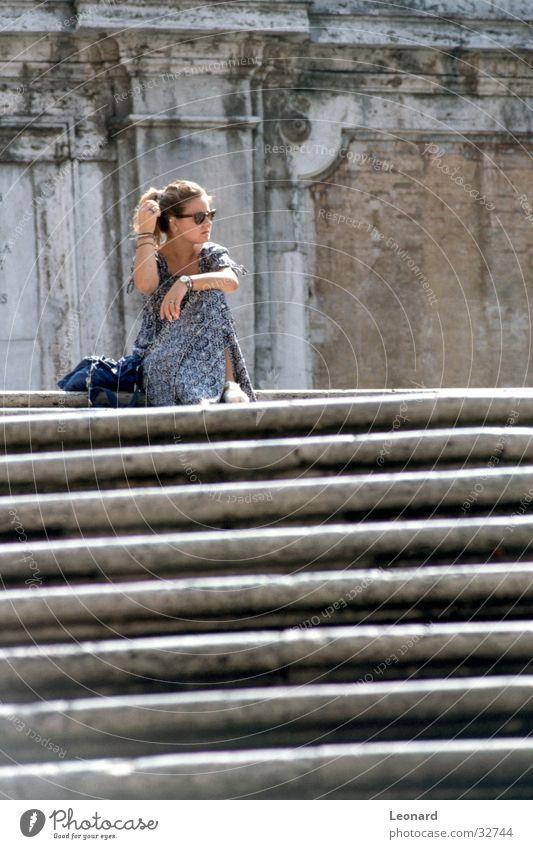 Treppe Frau Mensch ruhig sitzen Treppe Pause Italien Leiter Rom