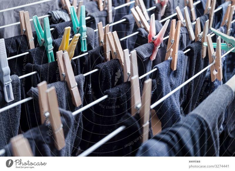 dunkle Strümpfe mit Wäscheklammern auf Wäscheständer Häusliches Leben Wohnung Wäscheleine Holz hängen frisch Sauberkeit grau schwarz trocknen Haushaltsführung