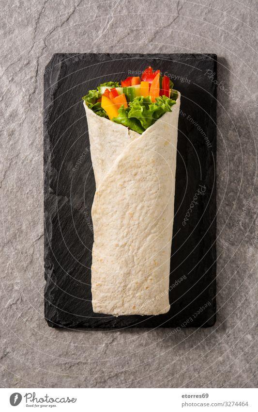 Gemüsetortilla-Wraps auf grauem Steingrund. Ansicht von oben umhüllen Brötchen Fladenbrot Lebensmittel Gesunde Ernährung Foodfotografie Frühling
