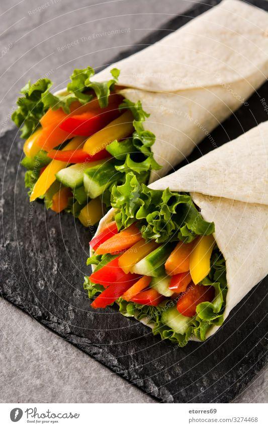 Gemüsetortilla-Wraps auf grauem Steinhintergrund umhüllen Brötchen Fladenbrot Lebensmittel Gesunde Ernährung Foodfotografie Frühling Vegetarische Ernährung