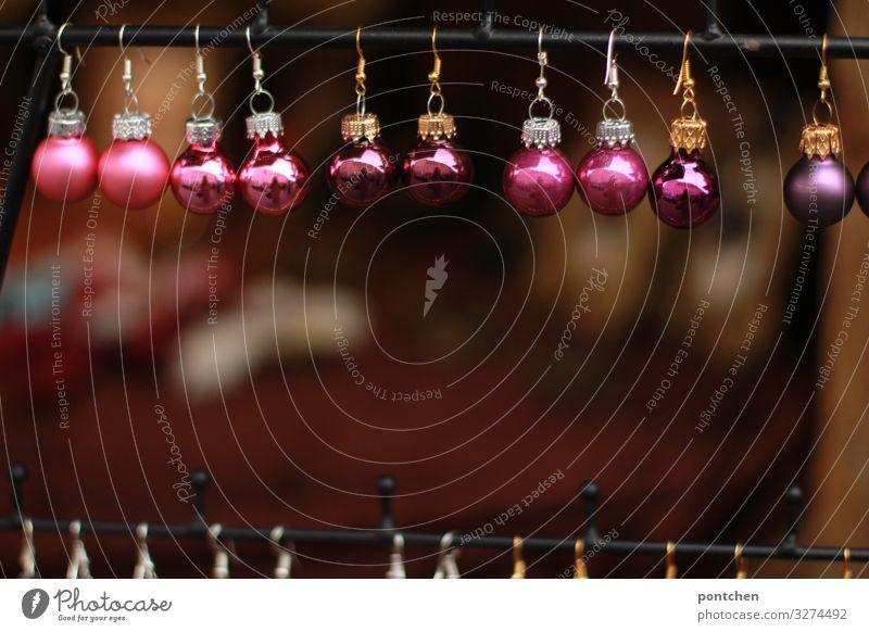 Weihnachtsbaumkugeln in beerentönen aufgereiht  an einer Bude auf dem Weihnachtsmarkt Feste & Feiern Weihnachten & Advent ästhetisch authentisch glänzend