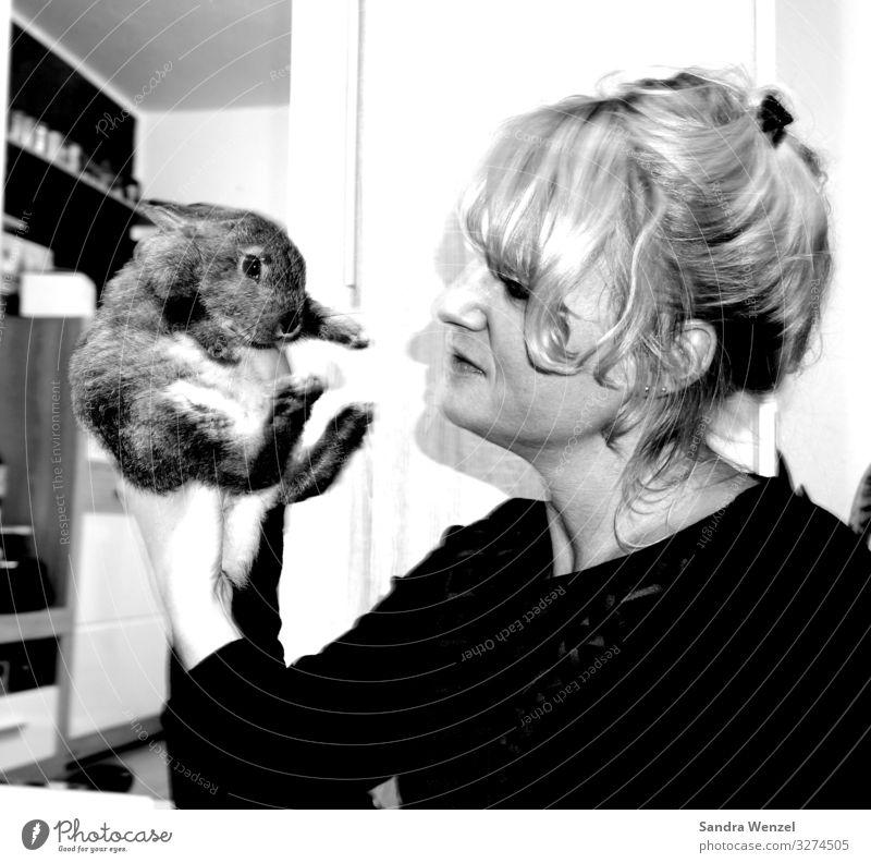 Lumpi Mensch feminin Frau Erwachsene 1 30-45 Jahre Tier füttern stoppen Kanninchen Hase & Kaninchen Schwarzweißfoto