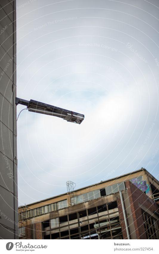 ut köln | ehrenfeld | das allerletzte. Himmel Wolken Fenster Wand Architektur Mauer grau Gebäude Stein Metall Arbeit & Erwerbstätigkeit Fassade Armut Beton