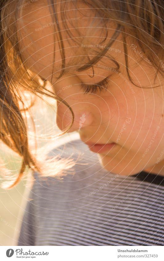 Denken oder Fühlen? Mensch Kind schön Gesicht Wärme Gefühle Traurigkeit Junge Haare & Frisuren natürlich träumen Kindheit gold authentisch Zufriedenheit