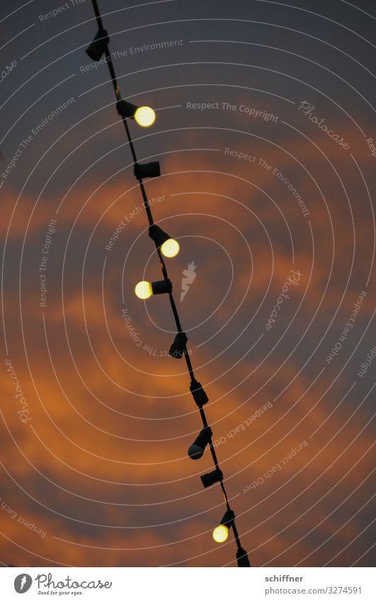 Lichterkette vor vom Sonnenuntergang rötlich beleuchteten Wolken lichter Glühbirne Glühbirnen Stromausfall unvollständig Biergarten biergartensaison leuchten