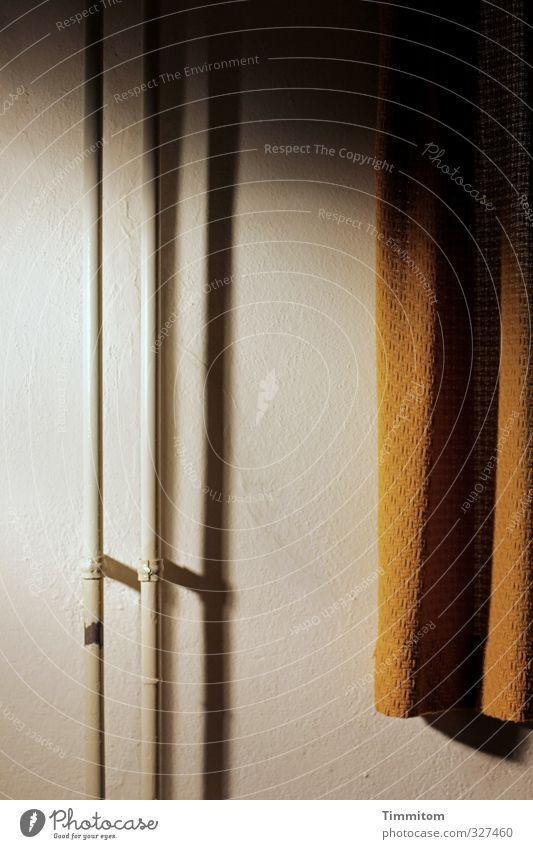Wo viel Licht... Innenarchitektur Mauer Wand ästhetisch dunkel einfach gold weiß Vorhang Schatten Eisenrohr hell Heizungsrohr Farbfoto Gedeckte Farben