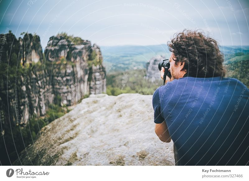 Junger Mann macht Fotos vom Elbsandsteingebirge Lifestyle Ferien & Urlaub & Reisen Tourismus Ausflug Abenteuer Freiheit Sommerurlaub Berge u. Gebirge wandern