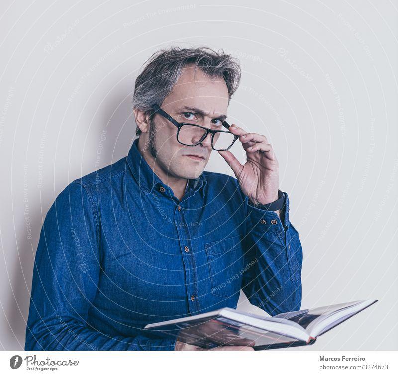 Mann mit Presbyopie beim Lesen eines Buches Lifestyle Gesundheitswesen maskulin Erwachsene Körper 1 Mensch 30-45 Jahre Hemd Brille langhaarig Bart lernen lesen