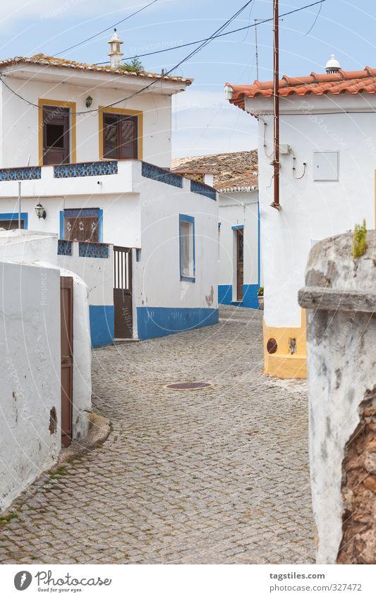 RECHTS - LINKS - RECHTS - LINKS - RECHTS ... Portugal Algarve Raposeira rechts links Richtungswechsel Stadt Kleinstadt Haus Straße Ferien & Urlaub & Reisen