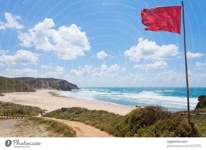 SURFER'S PARADISE Portugal Algarve Praia do Amado Surfer Surfen Felsalgarve Fahne Wind Brandung Ferien & Urlaub & Reisen Reisefotografie Idylle Postkarte