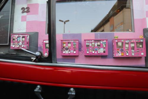 altes Glück Süßwaren Kaugummi kaufen Glücksspiel Fenster Oldtimer Kitsch Krimskrams Sammlerstück Kaugummiautomat Kondom verkaufen retro rosa Überraschung