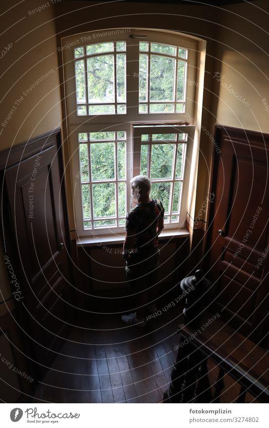 mann am fenster Treppenhaus Fensterblick Fensterrahmen Abteilfenster Mensch Mann Erwachsene 1 beobachten Denken Blick stehen warten Neugier Mut ruhig Interesse