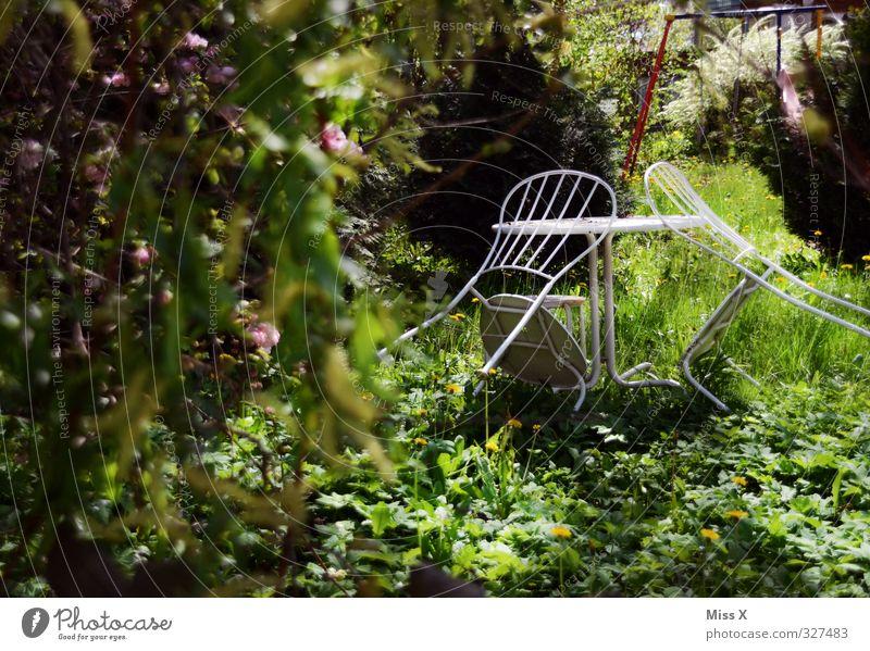 Gartenidyll Erholung ruhig Häusliches Leben Wohnung Stuhl Tisch Stimmung Idylle Gartenstuhl Gartentisch Gartenfest verwildert Farbfoto mehrfarbig Außenaufnahme