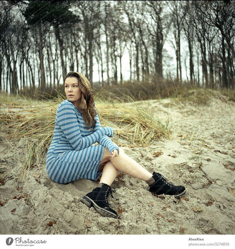 Junge Frau sitzt auf Düne Ferien & Urlaub & Reisen Jugendliche schön Landschaft Blume Freude Strand 18-30 Jahre Erwachsene Leben natürlich Stil Gras Sand sitzen