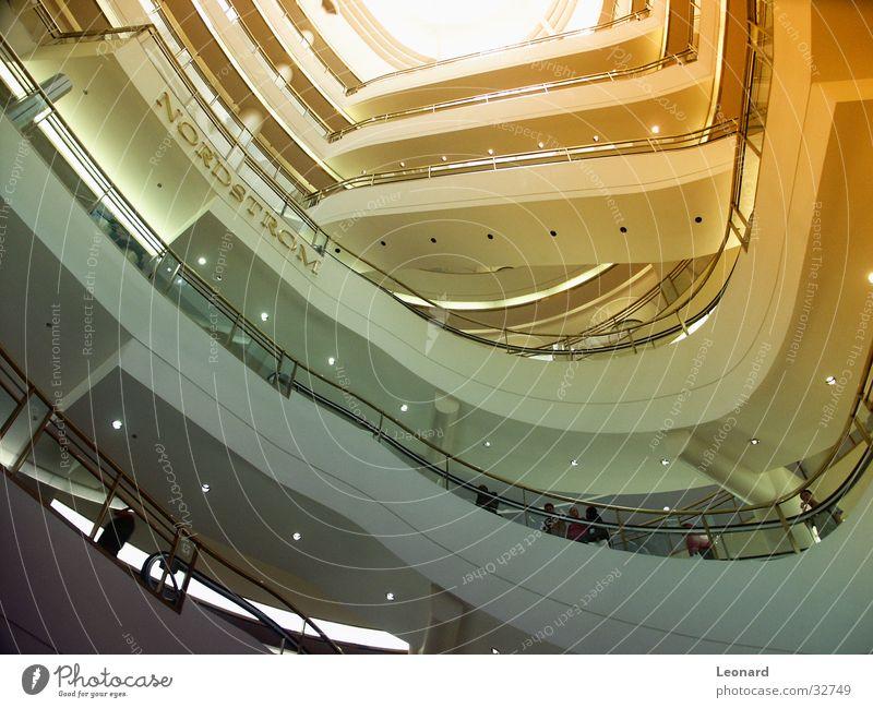 Kaufhaus Einkaufszentrum Licht Architektur Moderne Architektur Froschperspektive aufwärts Forum Rundbauweise modern Innenaufnahme Treppenhaus