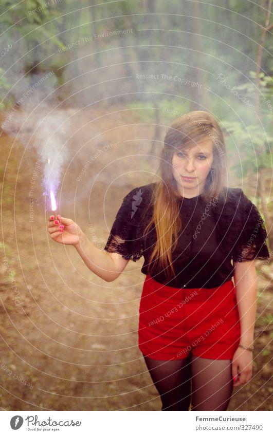 Im Rauch. Mensch Frau Natur Jugendliche rot Junge Frau schwarz Wald Erwachsene feminin 18-30 Jahre Feste & Feiern Lampe träumen Park blond