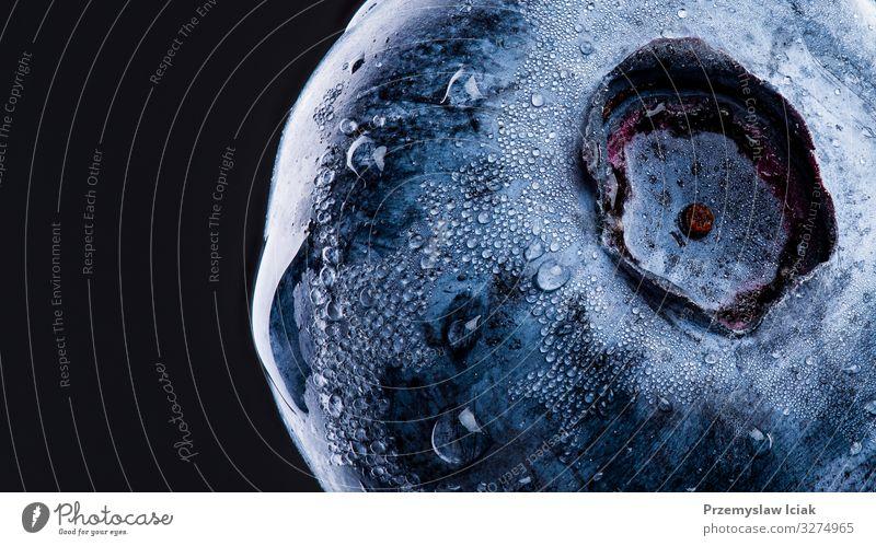 Eine Blaubeere mit Wassertropfen bedeckt, die auf schwarzem Hintergrund isoliert sind. Antioxidationsmittel-Konzept. Blaubeere isoliert isolieren Atelier Single