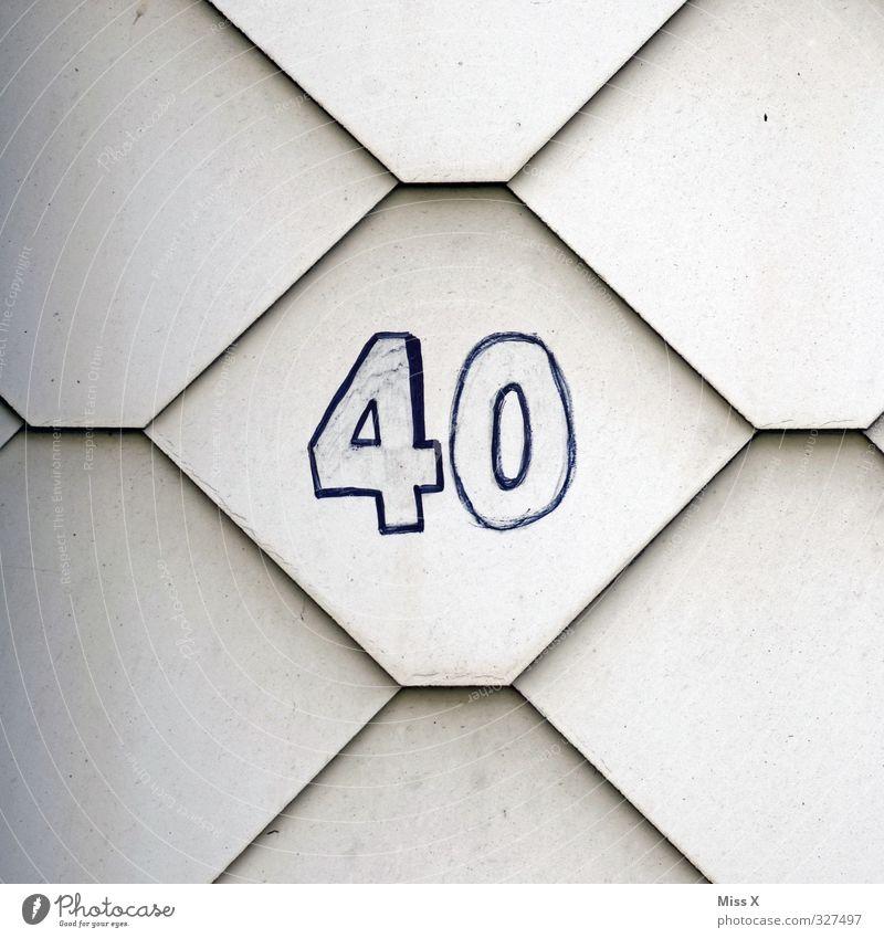 40* Haus 30-45 Jahre Erwachsene Mauer Wand Schriftzeichen Ziffern & Zahlen alt Geburtstag Hausnummer Farbfoto Nahaufnahme Muster Menschenleer
