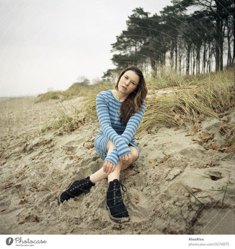 Junge Frau sitzt auf Ostseedüne Stil Freude schön Leben Ausflug Abenteuer Jugendliche Erwachsene 18-30 Jahre Landschaft Pflanze Herbst Schönes Wetter Baum Gras