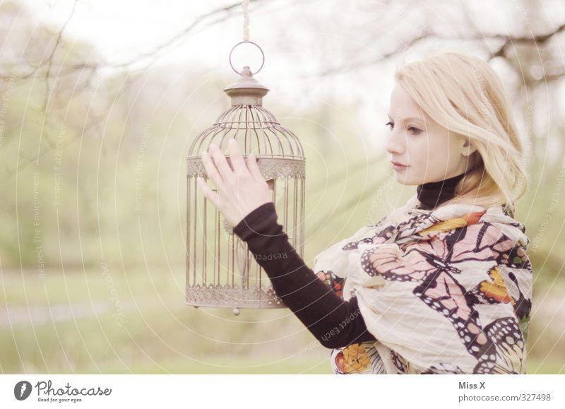Goldener Käfig Mensch feminin Junge Frau Erwachsene Leben 1 18-30 Jahre Jugendliche Garten Park blond Haustier Vogel träumen Traurigkeit Gefühle Stimmung Sorge