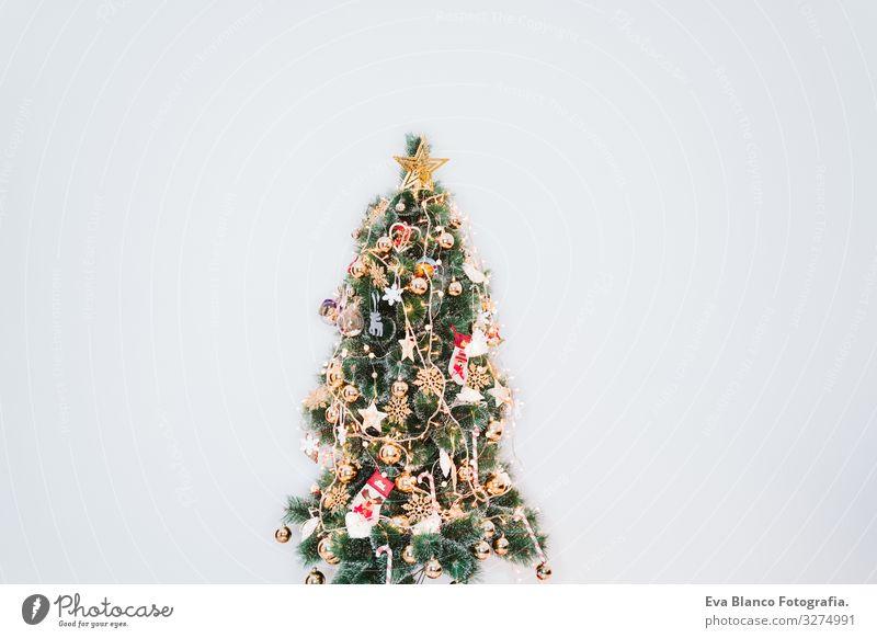 Weihnachtsraum-Inneneinrichtung, geschmückt mit Licht Nacht Zauberei u. Magie dunkel Lifestyle Innenarchitektur Jahr Feuerstelle Platz Textfreiraum Illumination