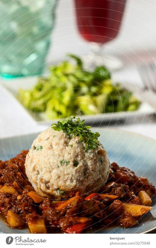 ungarisches Gulasch mit Semmelknödel Fleisch Gemüse Brot Suppe Eintopf Kräuter & Gewürze Abendessen Teller Löffel Tisch heiß lecker braun Knödel Semmelkloß