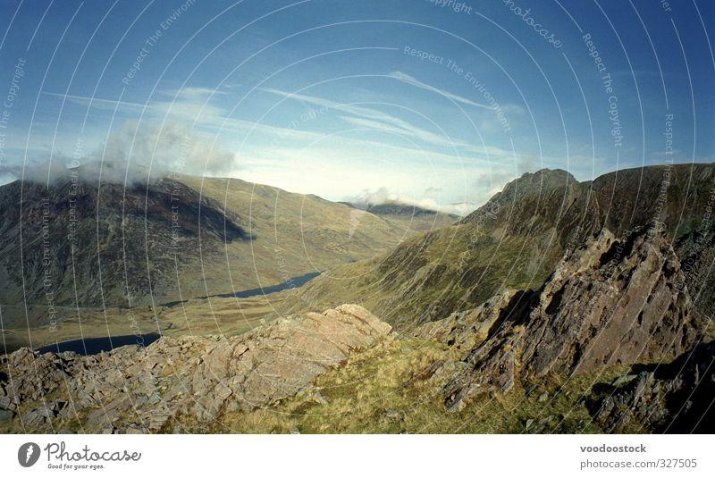 Natur blau grün Landschaft Berge u. Gebirge Felsen Gipfel Fernweh Sightseeing Wildnis Großbritannien Bergkette Bergkamm Wales