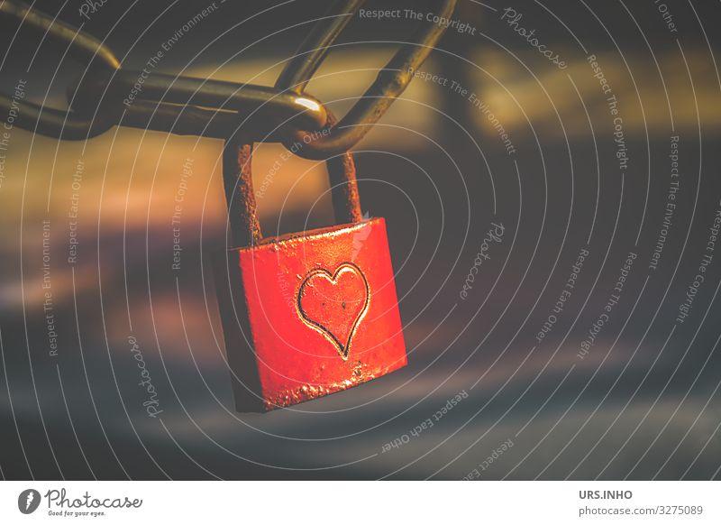rotes Liebesschloss mit Herz Valentinstag Zeichen Schloss braun Rost Eisenkette Farbfoto Außenaufnahme Menschenleer Textfreiraum rechts Freisteller Dämmerung