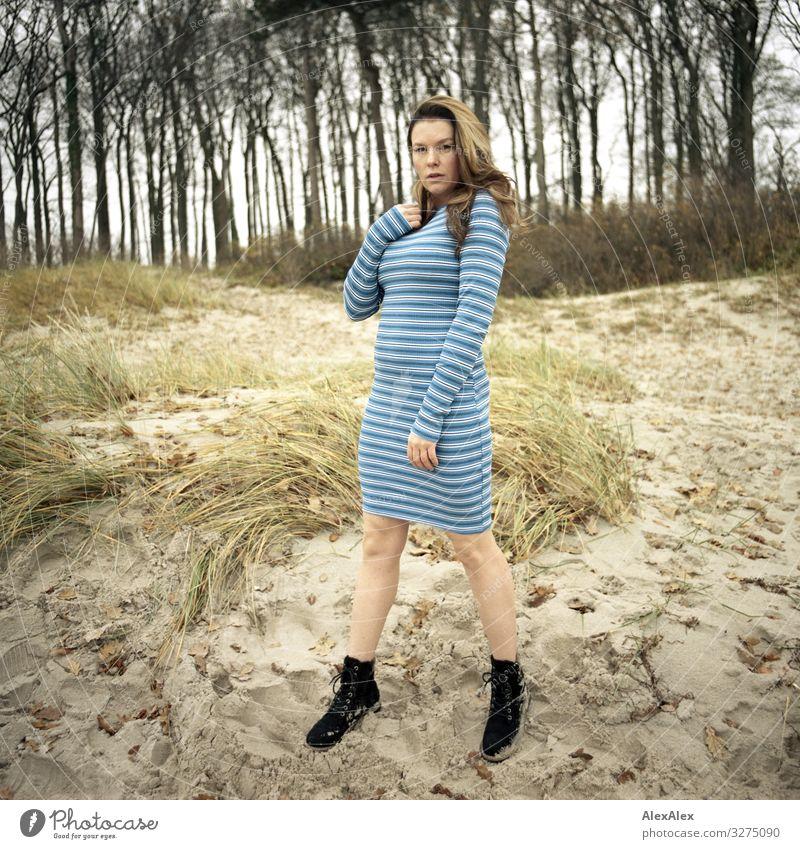 Junge Frau steht am Strand auf einer Düne Stil Freude schön Leben Ausflug Abenteuer Jugendliche Erwachsene 18-30 Jahre Landschaft Schönes Wetter Baum Gras