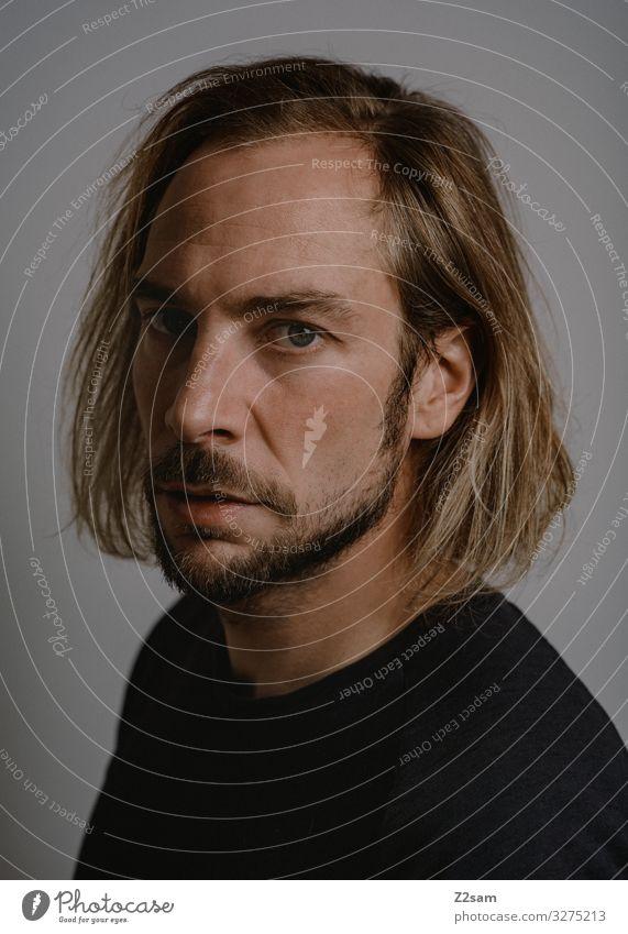 ME Junger Mann Jugendliche 18-30 Jahre Erwachsene T-Shirt langhaarig Bart Blick authentisch blond modern natürlich Ehrlichkeit Entschlossenheit geheimnisvoll