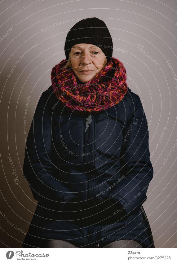 Es ist kalt geworden Frau Erwachsene Weiblicher Senior 45-60 Jahre 60 und älter Winter Jacke Schal Mütze Denken sitzen träumen Traurigkeit Freundlichkeit schön