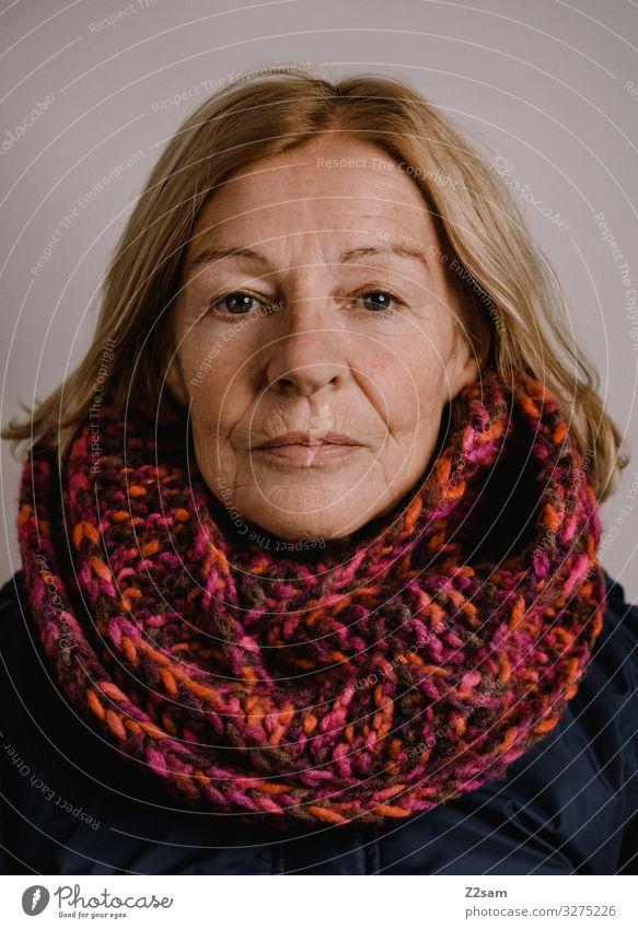 M Frau Erwachsene Weiblicher Senior 45-60 Jahre Schal blond langhaarig authentisch Freundlichkeit schön natürlich Wärme feminin weich Zufriedenheit selbstbewußt
