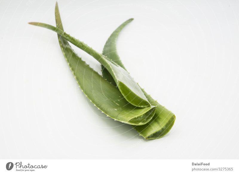Aloe Vera-Blätter und Glas Aloe Vera-Saft Kräuter & Gewürze Flasche Löffel Behandlung Medikament Spa Natur Pflanze Blatt Holz frisch nass natürlich grün weiß