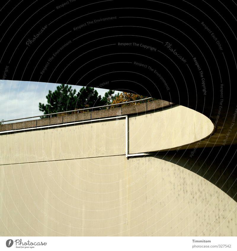 Kontraste. Himmel Baum schwarz Wand Mauer Linie Beton ästhetisch fest Bauwerk Kurve Einfahrt schwungvoll