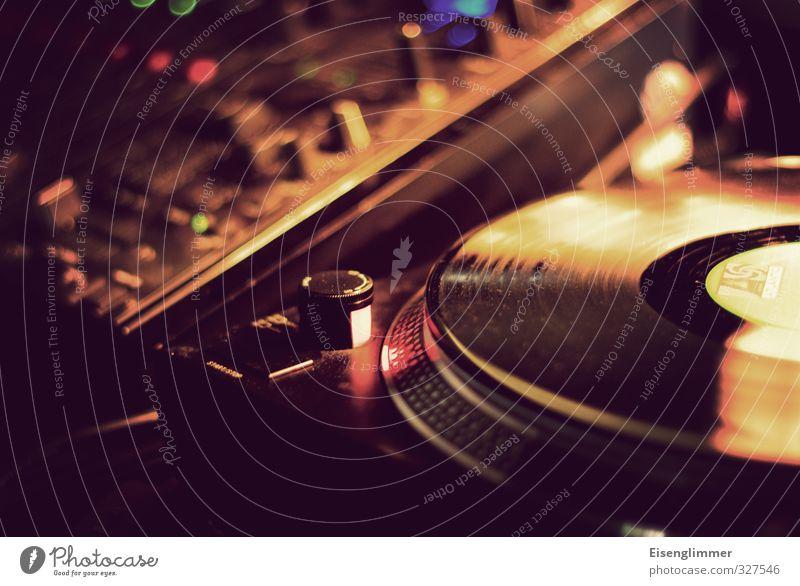 WILHELMSBURG/soulkitchen Plattenspieler Plattenteller Schallplatte Musikmischpult gelb Musikanlage Farbfoto Gedeckte Farben Innenaufnahme Detailaufnahme