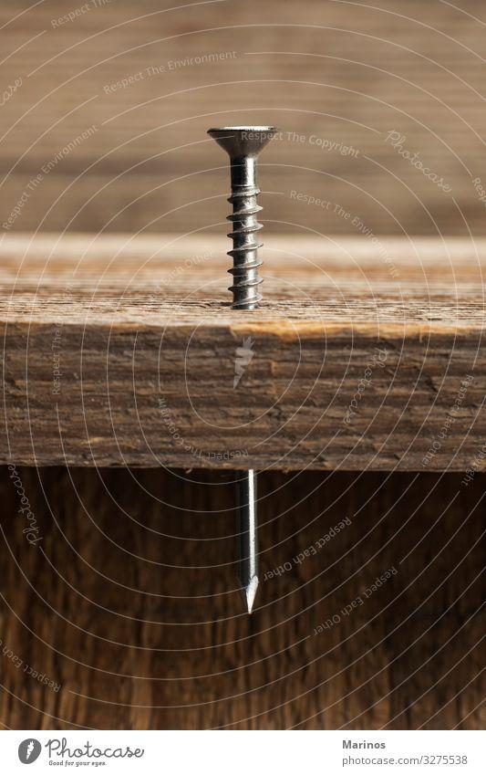 halber Nagel und Schraube in eine Holzbohle Arbeit & Erwerbstätigkeit Industrie Handwerk Werkzeug Gebäude Metall Stahl außergewöhnlich nageln Schiffsplanken