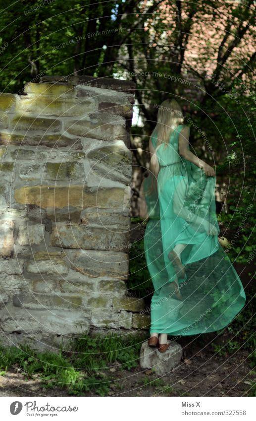 Waldgeist Mensch feminin Frau Erwachsene 1 18-30 Jahre Jugendliche Baum Burg oder Schloss Ruine Mauer Wand laufen grün Stimmung Schüchternheit geheimnisvoll