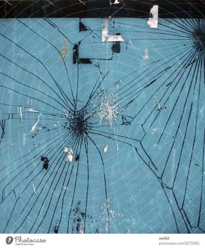 Scharmützel Schwarzes Brett Riss Spuren Papier Rest Glas trashig verrückt wild Wut blau schwarz weiß Aggression Gewalt bizarr Krieg Krise rebellieren Verfall
