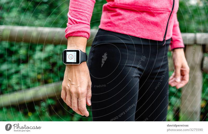 Nicht erkennbare Sportlerin mit Smartwatch Lifestyle Freizeit & Hobby Ferne Joggen Technik & Technologie Mensch Frau Erwachsene Arme Hand Armbanduhr beobachten