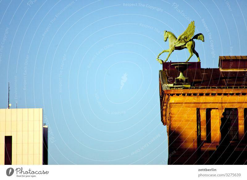 Pegasus auf dem Konzerthaus Himmel Himmel (Jenseits) Stadt Haus Architektur Berlin Deutschland Tourismus Textfreiraum Stadtleben Büro Musik Kultur Dach Skyline