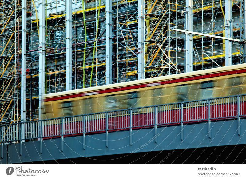 S-Bahn vor dem Pergamonmuseum Architektur Baugerüst Baustelle Berlin Großstadt Deutschland Dämmerung Gerüst Hauptstadt Haus Stadtzentrum Berlin-Mitte