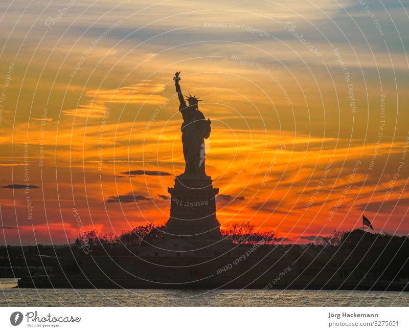 Silhouette der Freiheitsstatue in New York im Sonnenuntergang Landschaft Stimmung New York State USA amerika Wahrzeichen Fackel Farbfoto Abend