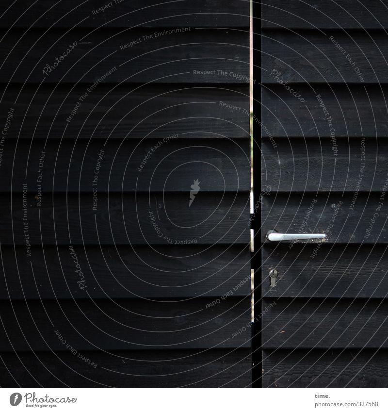 geheimnisvoll | Neugier zwecklos Villa Tür Griff Türspalt Tor Toreinfahrt Schloss dunkel Stadt Einsamkeit Enttäuschung Erwartung Macht Ferne Schutz Sicherheit