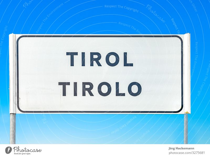 Straßenschild des Dorfes Tirolo in Tirol Himmel Stadt blau Italien Süden tirolo Bundesland Tirol Hinweisschild Farbfoto Tag