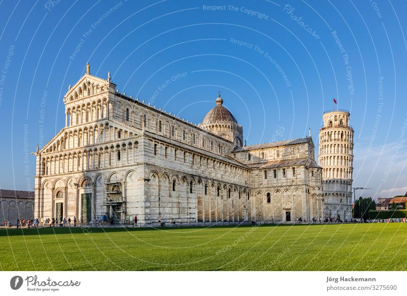 die berühmte Piazza del Miracoli in Pisa, Toskana Tourismus Landschaft Himmel Gras Kirche Platz Fassade blau Kathedrale Piazza dei Miracoli (Platz der Miracoli)