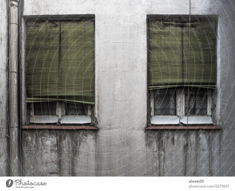 Alte Fenster mit alten Jalousien und Vorhängen und Gardinen Design Haus Dekoration & Verzierung Hochsitz Gebäude Fassade dreckig dunkel retro weiß Farbe