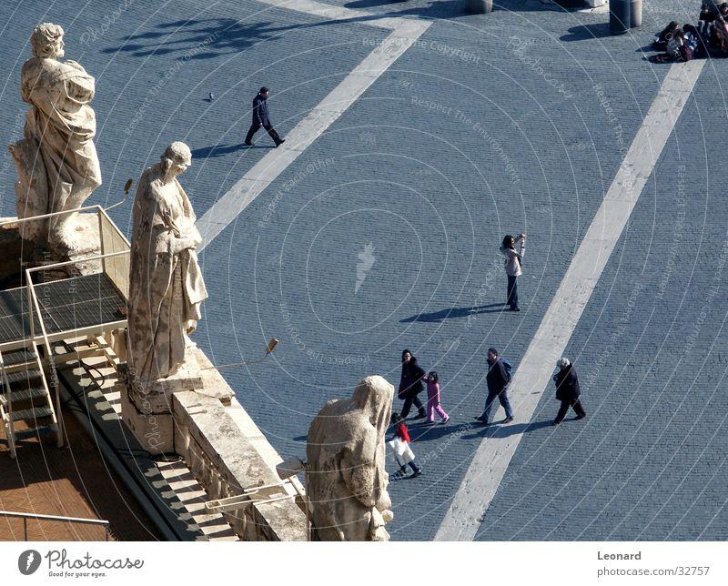 Heilige und Touristen Skulptur Statue Platz Mann Terrasse Dach Lampe Religion & Glaube Mensch Italien Rom Menschengruppe heilig markplatz Kopfsteinpflaster