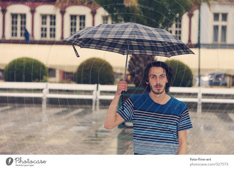 Mann mit dem Schirm Mensch Jugendliche Stadt Einsamkeit Erwachsene Junger Mann 18-30 Jahre Regen maskulin Europa T-Shirt Regenschirm Müdigkeit Unwetter brünett langhaarig